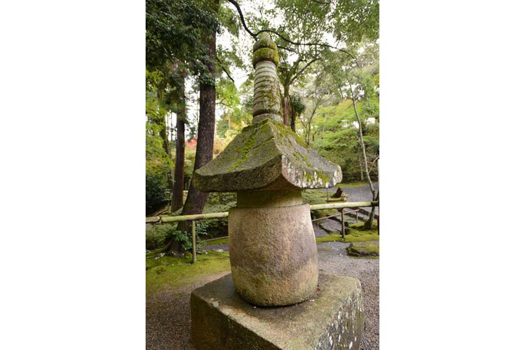 めかくし石(宝塔)